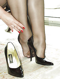 Knowing older lady's beguiling leg show